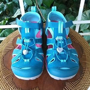 KEEN Washable Closed Toe Boys' Sandals Size 4.
